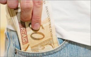 dinheiro-no-bolso-do-trabalhador